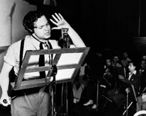 Welles narrating 'War of the Worlds'