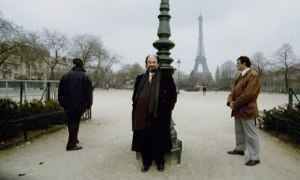 Rushdie with bodyguards, 1993